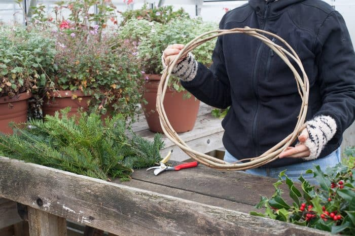 Building the frame of a wreath